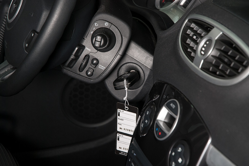 Ajoneuvokansio valkoista muovia, A5-kokoinen, ilman painatusta